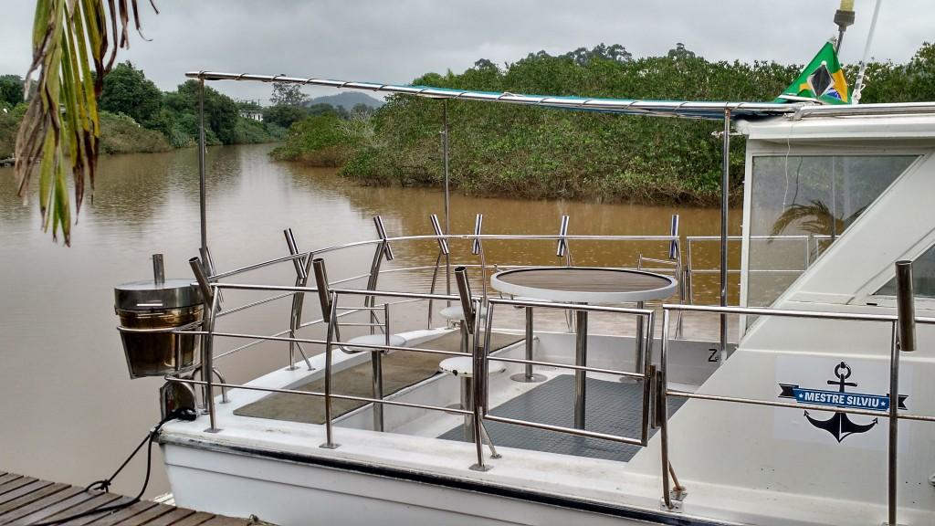Praça de pesca com bancos e mesa central
